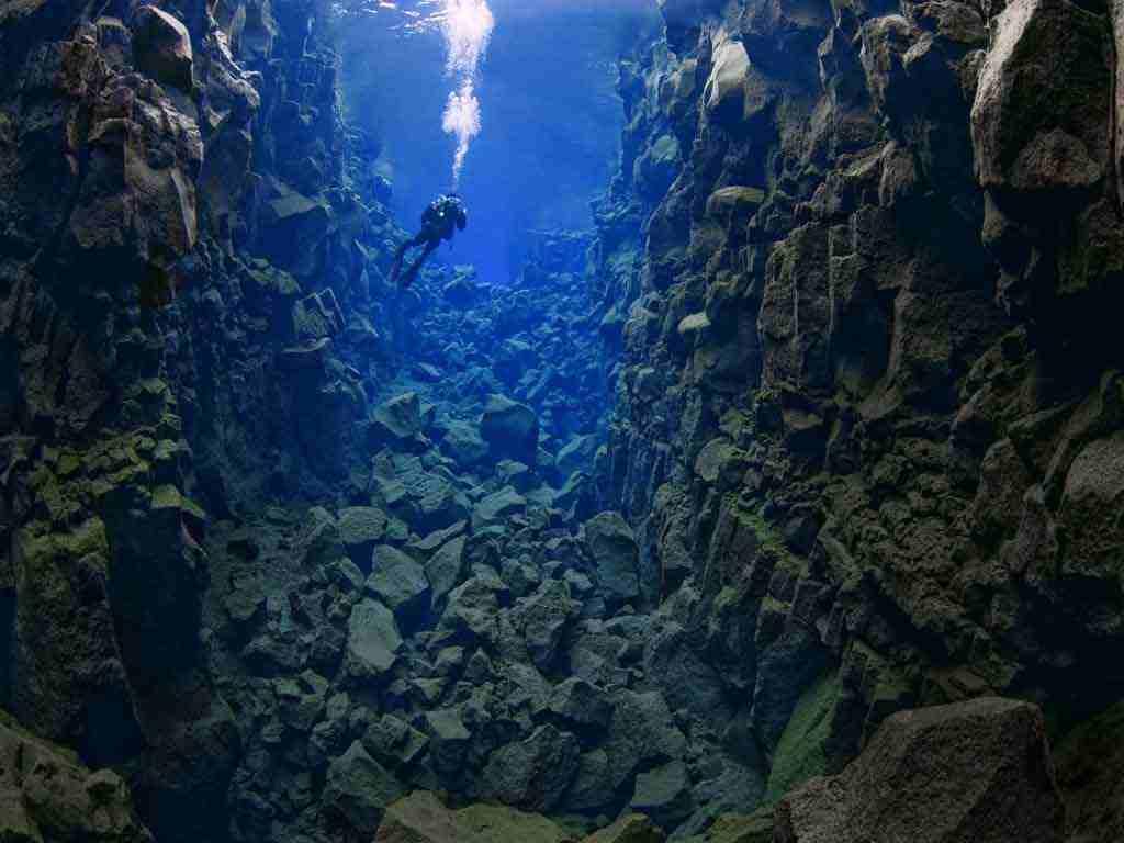 В самом глубоком месте Силфры 63 метра