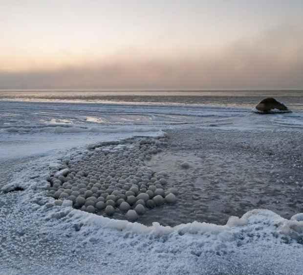 Льдинки в форме шаров на берегу Финского залива