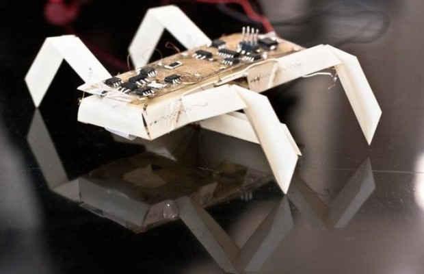 Электронная схема и бумажный робот