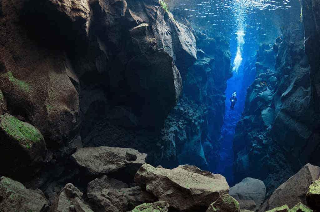 Обвал камней в разломе образует пещеры