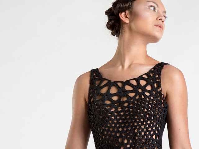 Пластиковое платье, напечатанное с помощью 3D, развевается при ходьбе как настоящее