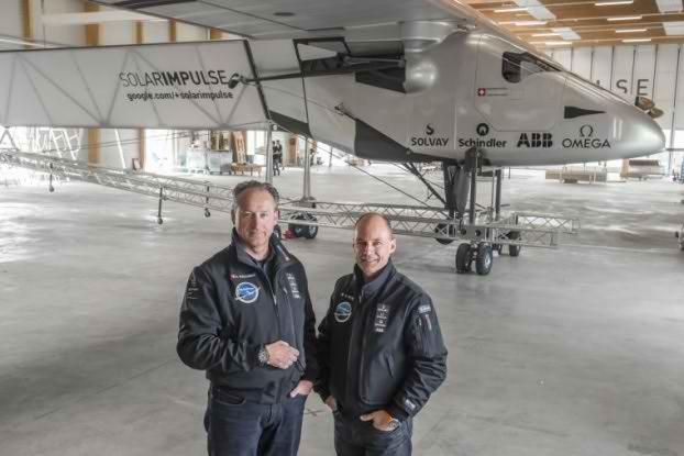 Андре Боршберг (слева) и Бертран Пикар на фоне кабины Solar Impuls 2