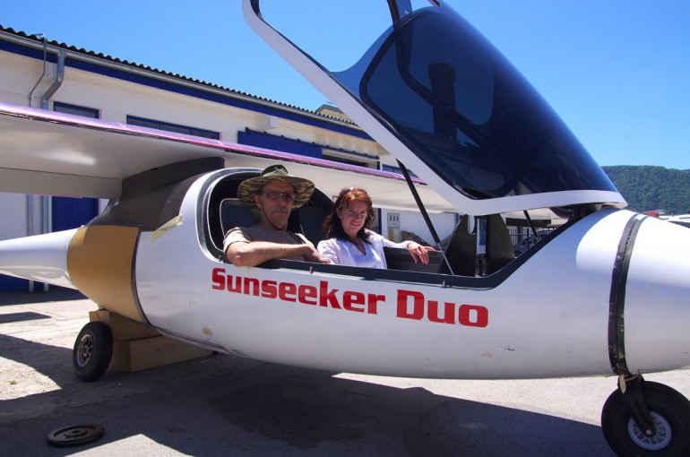 Два человека в самолете Sunseeker Duo